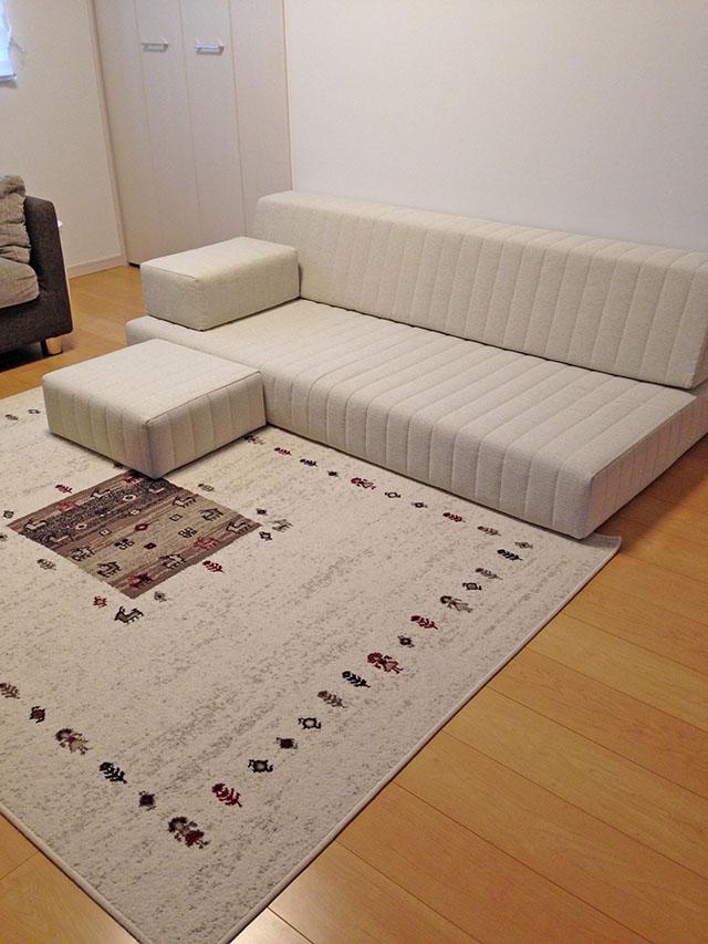 乗って、遊んで、寝て、もし落ちても安心。 木枠がなく座面が低いのがつみきソファの長所です【国産ローソファ・フロアソファ専門店HAREM】