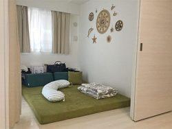 白基調の壁紙とグリーン生地が合うフロアソファ、フロフロ