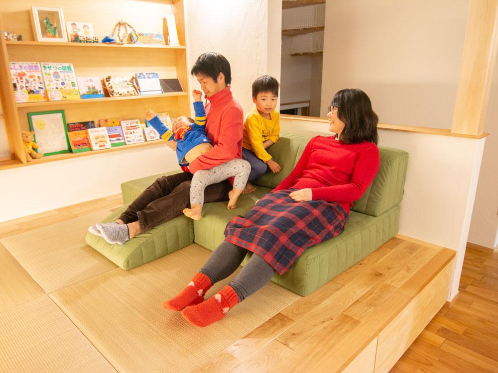 家族みんな、朝も、夜も、ソファの上でぼーっとしてから動き出す。【国産ローソファ・フロアソファ専門店HAREM】